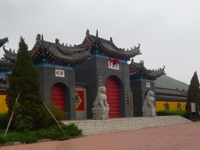 杨利伟是葫芦岛人,为他修的飞天广场,前面是他的雕像.