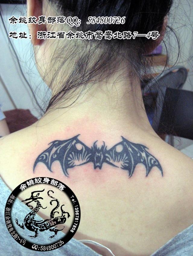 创意小蝙蝠黑白锁骨纹身
