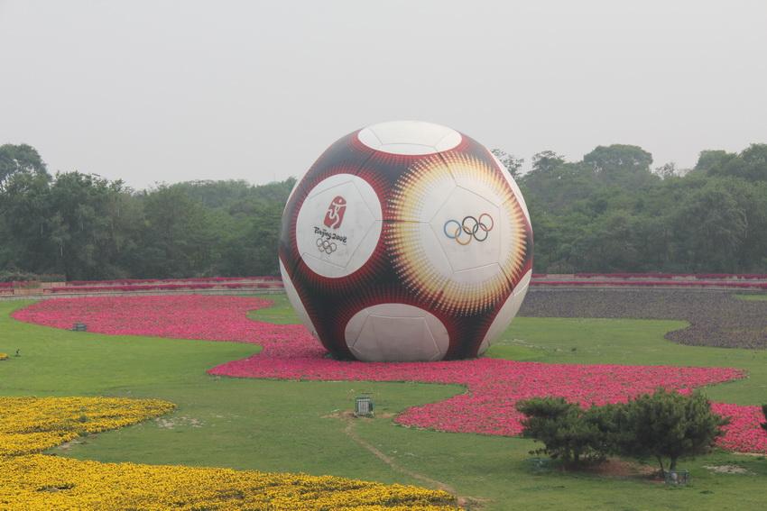 拍摄时间2011年6月13日,坐公交车去北戴河路上看到这个巨型足球雕塑,随手拍摄下来。 这个巨大的足球雕塑,是为迎接2008年北京奥运会的到来,作为奥运会足球比赛分赛场的秦皇岛市在奥体中心附近绿地上建成的足球雕塑,球体上还印有奥运五环和北京奥运会会徽的图案,成为秦皇岛市一道靓丽的风景。