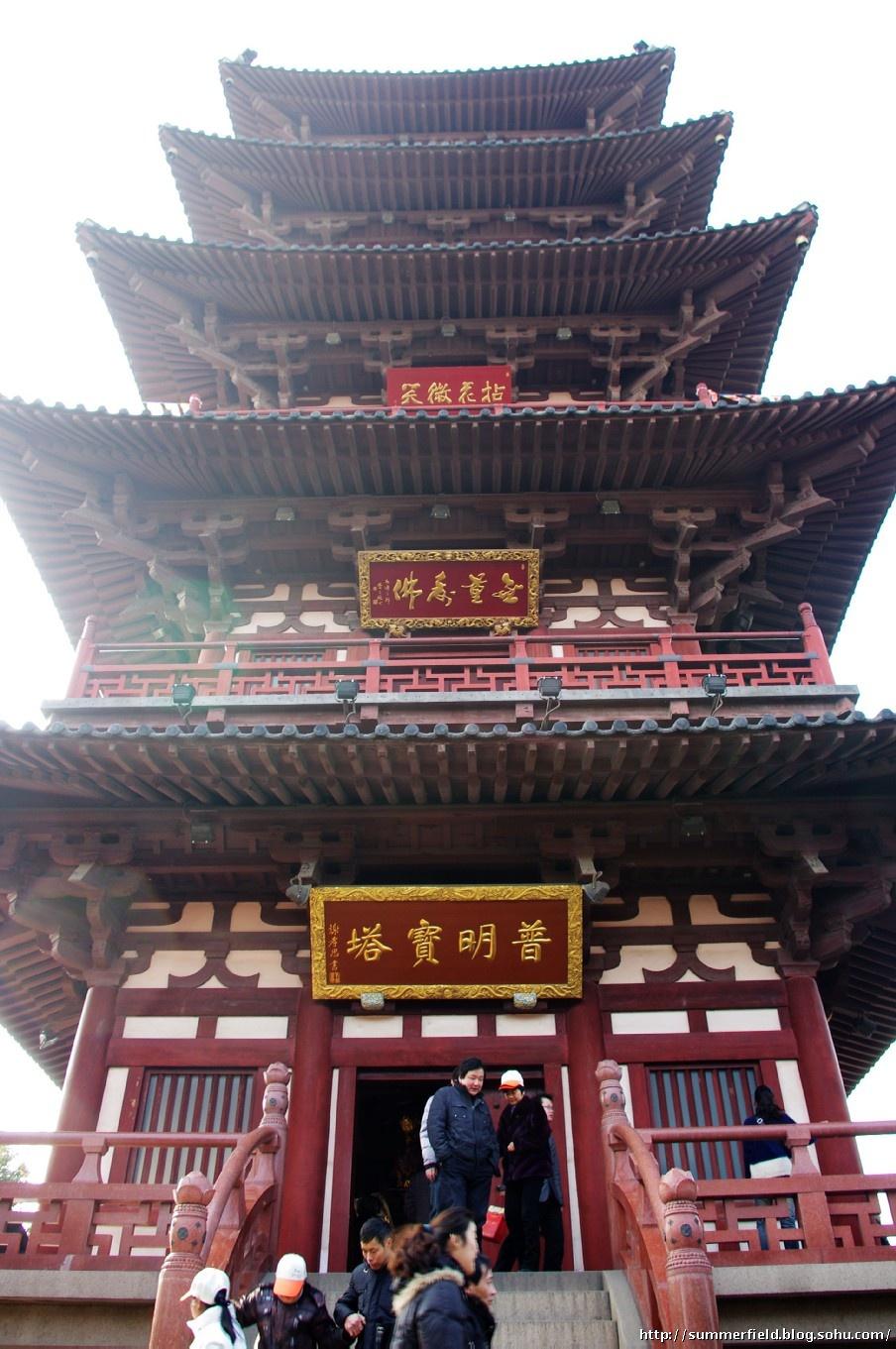年重建的,是一座仿唐五级四面楼阁式方塔.