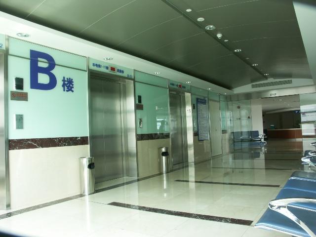 中山医院门急诊医疗综合楼位于上海市徐汇区枫林路100号,与中山医院原有院区隔医学院路相望,整幢建筑地下一层(局部夹层),地上部分建筑由22层病房楼(A楼)、15层门诊楼(B楼)、8层医技楼(C楼)、钢结构门诊集散大厅和过街连廊等所组成,占地10623,总建筑面积为72076。 设计单位:法国SCAU国际设计公司 华东建筑设计研究院有限公司 总承包:上海建工第一建筑有限公司