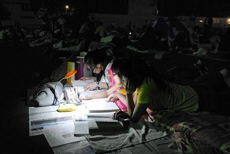 四川/四川绵阳,地震之后,学生们为即将到来的中考做复习...