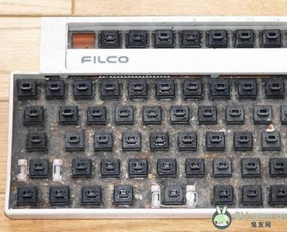 拆下电路板和电路胶片:将键盘的后盖拆下后就看到了