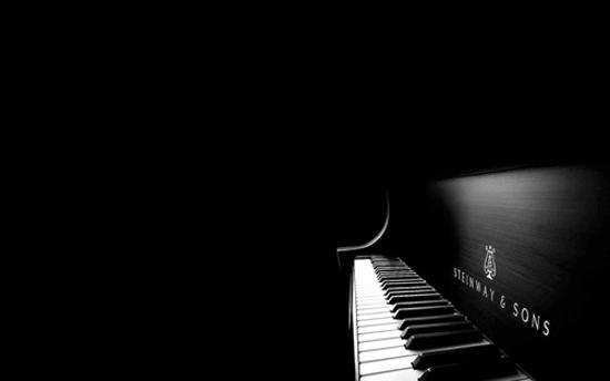 今天自己在单位听歌,听安静的钢琴曲,每个音符敲进了心里,在心里敲击着每一个小小得故事。 就像上午在星河湾看到的那架钢琴···在那个大厅坐了那么多次,每次都听到好听的钢琴声,琴边却看不见人·· 今天走近了,看见每一个键都在自己随着音乐跳动。。。突然心里就漾起了小小得幸福感···莫名得··· 是我土炮了?~但真的很可爱 在我心里,黑白的琴键只谱写寂寞,就像那