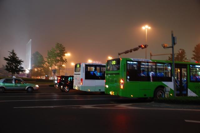 饭后逛了香港中路的夜景,很悠闲,很舒服,青岛的晚上很繁华