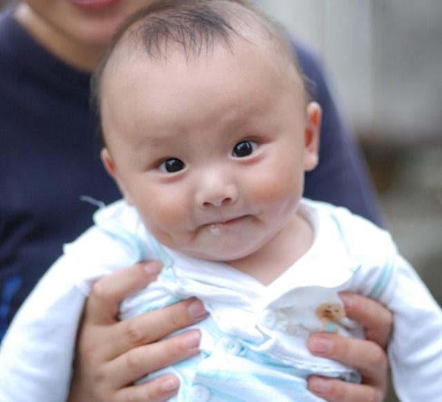 可爱宝宝发呆图片