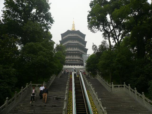 杭州西湖边的雷峰塔图片