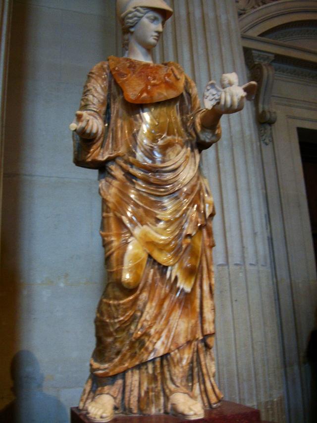 卢浮宫的雕塑很多,由于时间关系,许多如《愤怒的罗兰》(Roland Furieux,Jehan Duseigneur所作)、《坐着的战神》(Mars Assis)、《墨丘利抱起赛姬》(Mercure enlevant Psyché)、《提图斯》(Statue de l'empereur Titus)等都是匆匆略过,还有一些已经记不清名字。走马观花中,发现好多雕塑破损不全,由于年代久远,今天只能体会它们残缺的美。比如公元前二世纪的《米奈芙女神像》(Minerve),出土时无头无手,