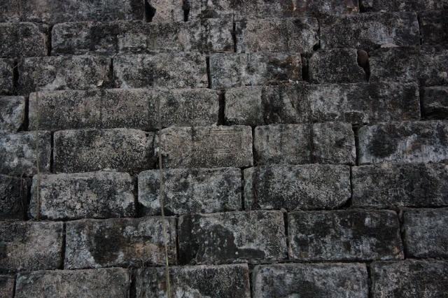 成都-最后的一段明代老城墙即将被拆除,同仁路(其实距离宽窄巷子很近)街角上可以看到几间破旧的瓦房,钻进去可以看到红色的大块石头砌筑的老城墙底部,上面该这几件破旧的民房,也已残破不堪。资料上查到老墙的墙身应该在成都老水表厂的院子里,转了两圈终于找到一个正在使用的印刷厂,眼前一亮终于找到了那段老墙,
