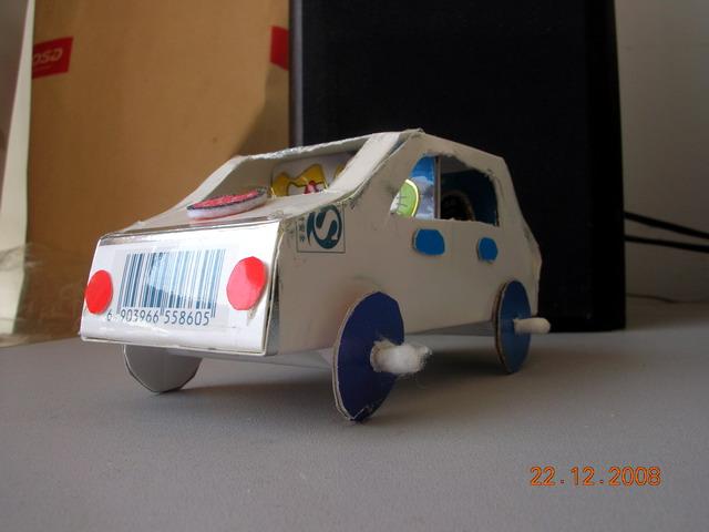 幼儿手工:废弃纸箱制作玩具小汽车