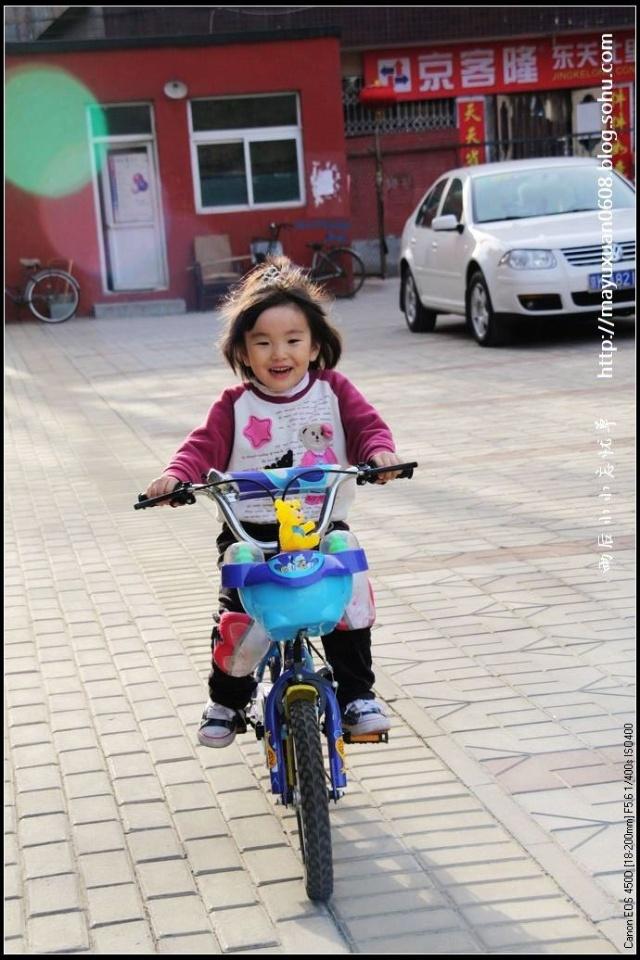 啦啦啦,学会骑自行车啦 萱萱图片