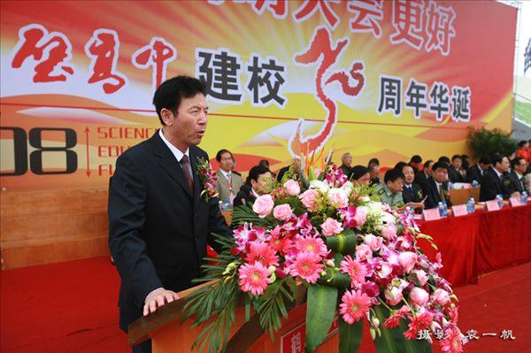 一位用中国文化管理学校的校长 ——河南省鹤壁高中的来信 尊敬的包祥校长: 2004年11月26日至28日,我们非常高兴邀请您来为我校讲学。在为期两天的讲学与交流活动中,您渊博的知识,丰厚的文化底蕴以及谦虚、儒雅的学者风范给我们留下了深刻、美好的印象,您不愧是一位著名资深教育理论专家。 我们真切期望包校长能经常光临我校讲学、交流、指导工作。 在我校成为河南省示范高中,高考取得骄人成绩等一系列喜讯来临之际与您分享。 现在回忆您的讲学仍历历在目。 27日晚,您为我们鹤壁高中的全体教师做