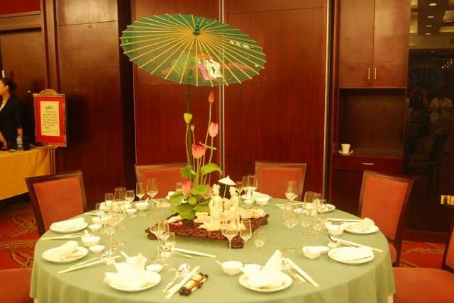 本次大赛分为中式铺床,中餐宴会摆台,西餐宴会摆台图片