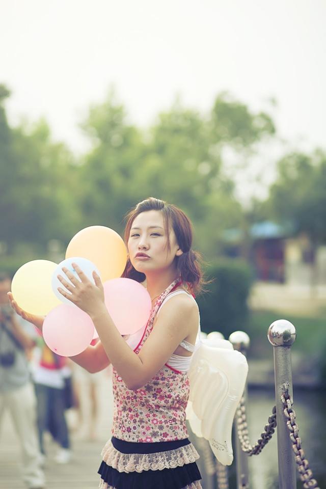 发表  飞翔的白鸽 正追赶着五彩气球 嬉闹玩耍 降临在人间的天使