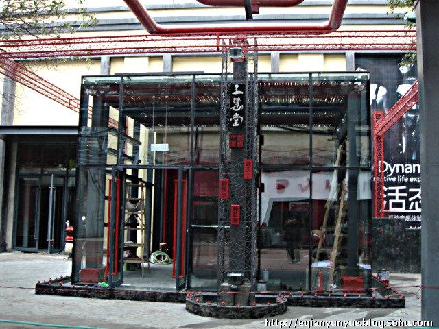 音乐公园的的东大门,全部采用原工厂车间、库房的带小门的大铁门用