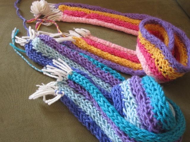 姐姐给妈妈和自己用手指编的围巾