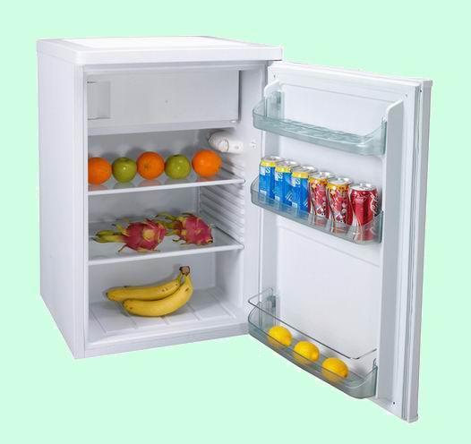 """台冰箱。而我家买了第一台电冰箱是1987年,是叫""""沙松牌""""的,湖北沙市合资生产的,现在市面上已经看不到了。淡绿色的外漆,看上去很秀气。单开门打开后,上面一个冷冻室,下面是冷藏室,总的内容量不足110,里面也盛不了多少东西。据说压缩机是意大利的,制冷效果一直很好。有了这个冰箱,我们的生活添了不少乐趣,自己冰冻冰糕不说,还买来冰淇淋粉自制冰淇淋。这次做绿豆的,下次做牛奶的,再也不用买冰淇淋了。后来,封闭冰箱门的磁条的老化,磁性消退了,关上门也吸不住。封闭不好,冷气外泄,电冰箱就老是启动"""