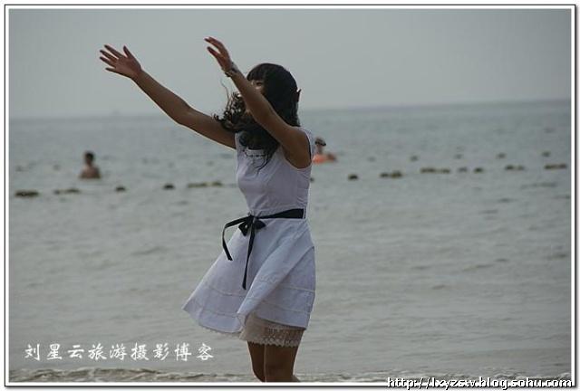 红发卡白裙子美少女背影一公里海滩连续跟拍
