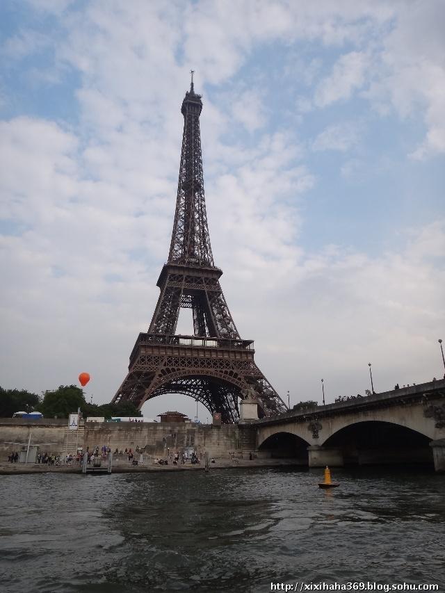 在塞纳河上拍的埃菲尔铁塔