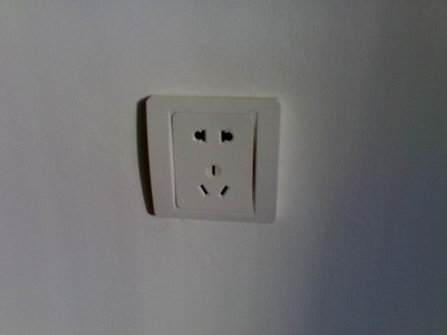 """随着家用电器的普及,家里电源插座的数量也逐渐增多。但如果安装不当,将会成为埋在墙壁中的""""隐形炸弹""""。搜索的相关调查数据显示,我国近10年累计发生的火灾事故中,由于电源插座、开关、断路器短路等原因引发的火灾约占总数的近30%,位居各类火灾之首。 误区一:插座位置过低。很多家庭在安装插座时,觉得太高有碍美观,会装在较低的隐蔽位置。这样容易在拖地时,让水溅到插座里,从而导致漏电事故。业内规定,明装插座距地面最好不低于1."""