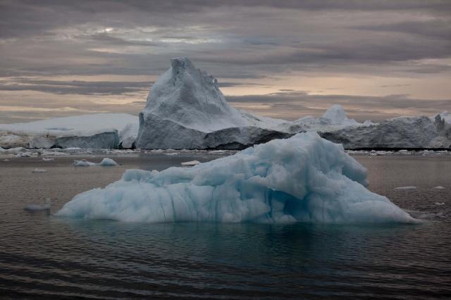 2011年7月18日,从格陵兰岛冰层上脱落的冰山漂入伊路利萨特.