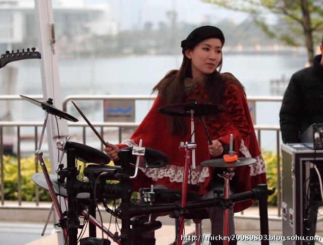街头乐队中 漂亮的女鼓手: