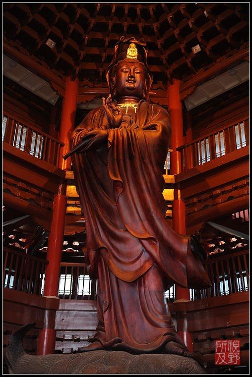 寺内观音阁的观音像,由两棵千年非洲菠萝格红木大树