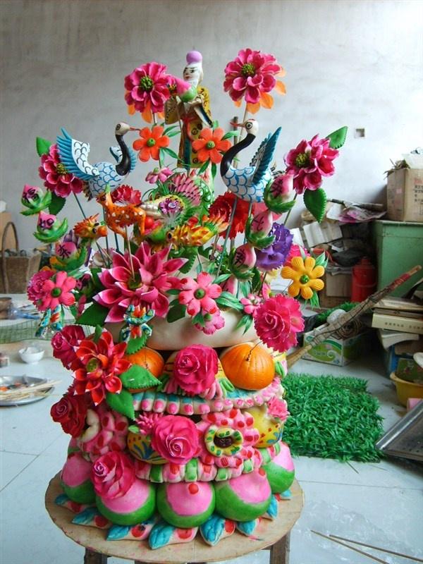用小麦粉做成人物,花鸟,动物来祝贺祈福,慢慢形成了面塑,以造型艺术的