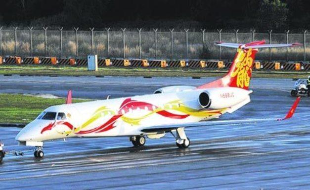 成龙购买的私人飞机在新加坡航空展亮相.飞机上的龙型图案是经过